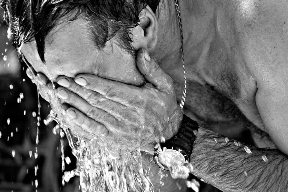 Hombre con calor se refresca después de estimular punto G