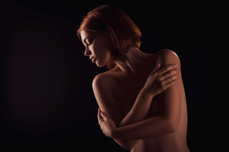 Mujer sensual da masaje sensitivo