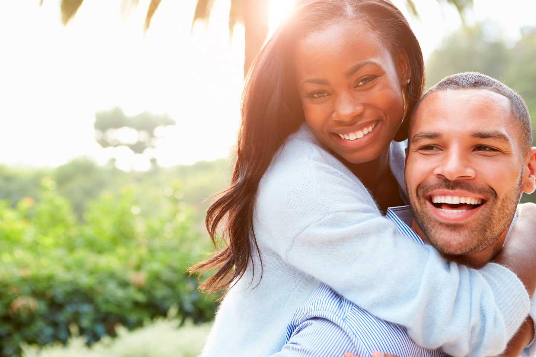 Una pareja feliz en Africa