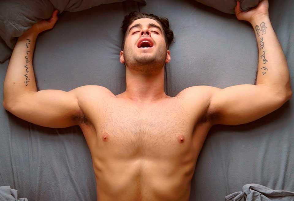 Hombre obteniendo placer a través de sexo oral