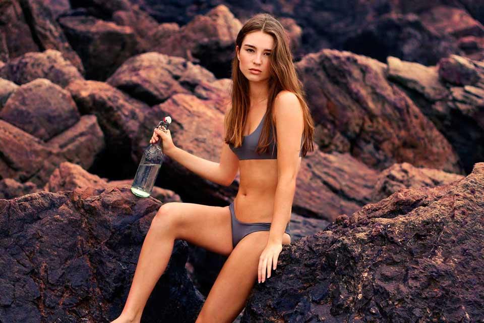 Chica sexy en las rocas