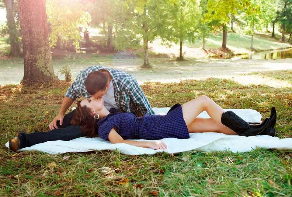 Pareja besándose en los parques