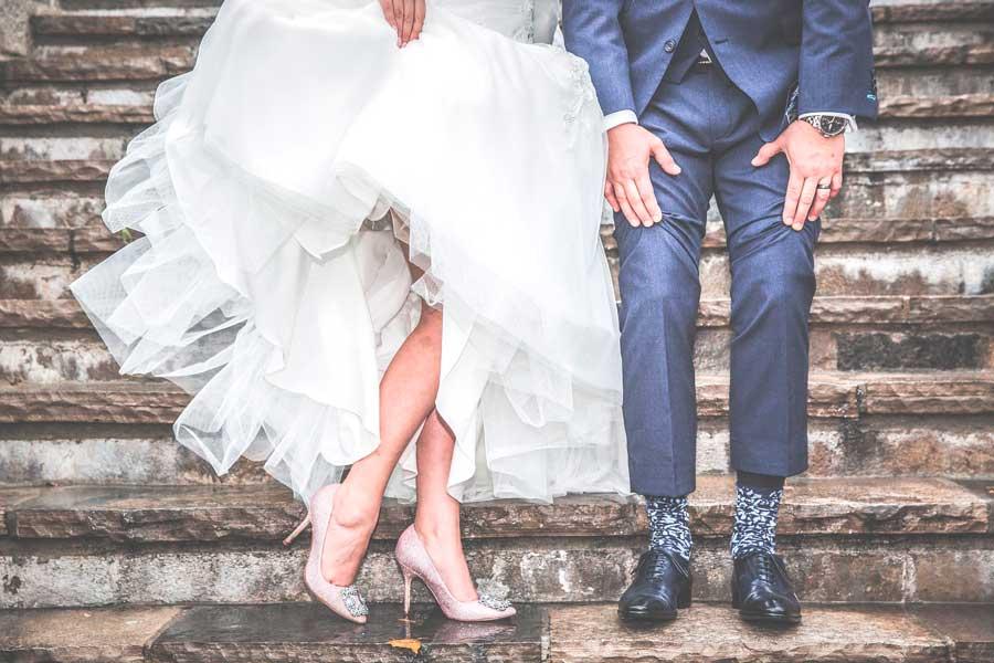 Pareja celebrando matrimonio recién casados