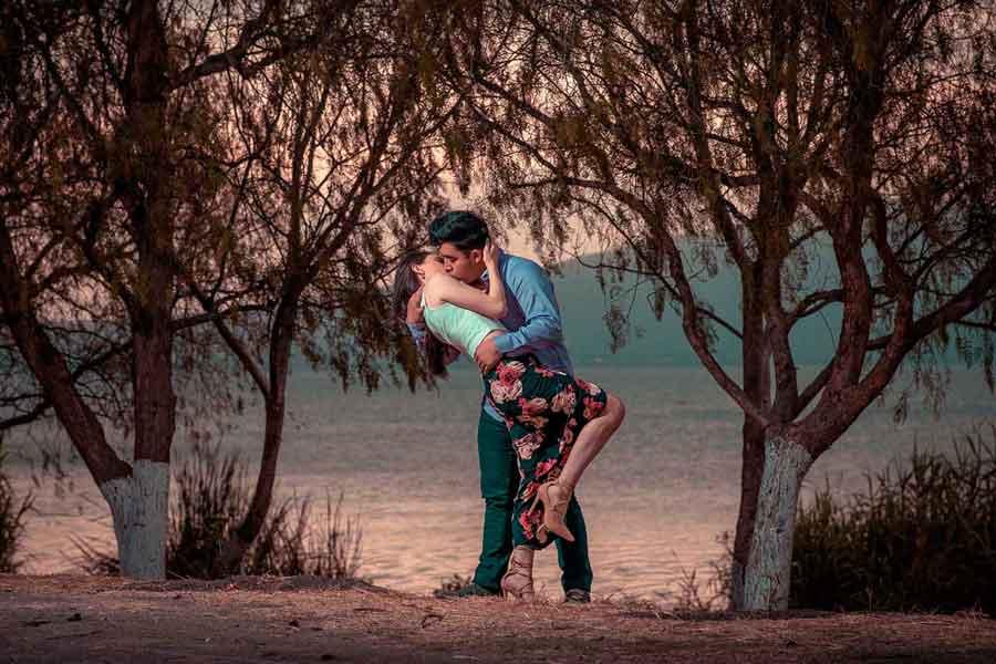 pareja besándose en parque