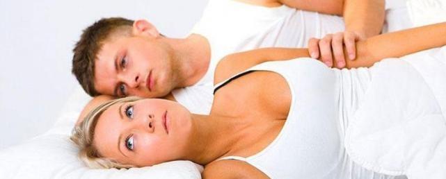 pareja preocupada en la cama