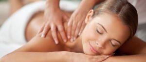 chica recibiendo un masaje